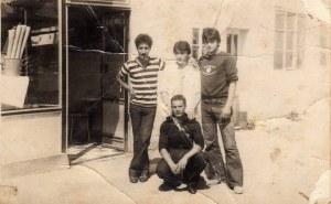 Slasticar Eso Fejzullai (u sredini, u bijelom mantilu) ispred Slasticarne