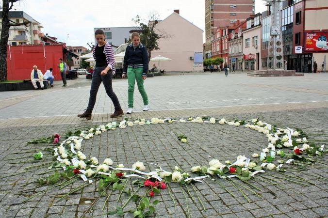 Prijedor danas. Stotinu dvije ruže za stotinu dvoje djece ubijene 1992. Svakog 31. maja cvijeće na glavnom gradskom trgu podsjeća na posljedice projekta razdvajanja naroda koji u Prijedoru još uveliko traje.