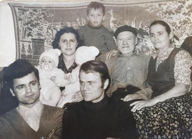 Slikano 1971. Slijeva nadesno: Stric Hase i moj otac Šefik, iznad njih strina Zerka sa blizancima Amirom i Indirom u naručju, do nje did Ibrahim i tetka Safija, a iznad njih sviju Huzi Safijin.
